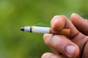 cigarette en main, fond vert